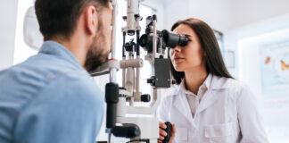 Jaskra - okulistka badająca wzrok pacjenta